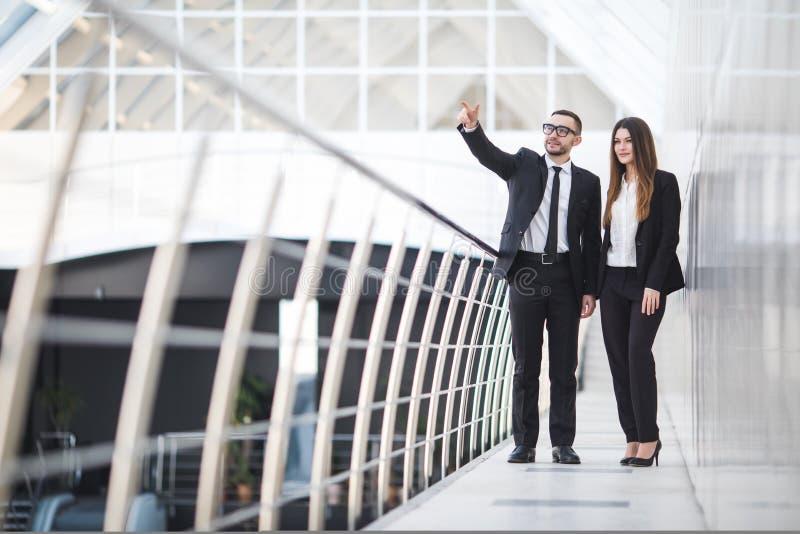 Geschäftsmann und Geschäftsfrauen, die informelle Sitzung im Büro haben und Pläne besprechen Frau gezeigt stockfotografie