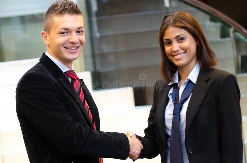 Geschäftsmann und Geschäftsfrausitzung stockbilder