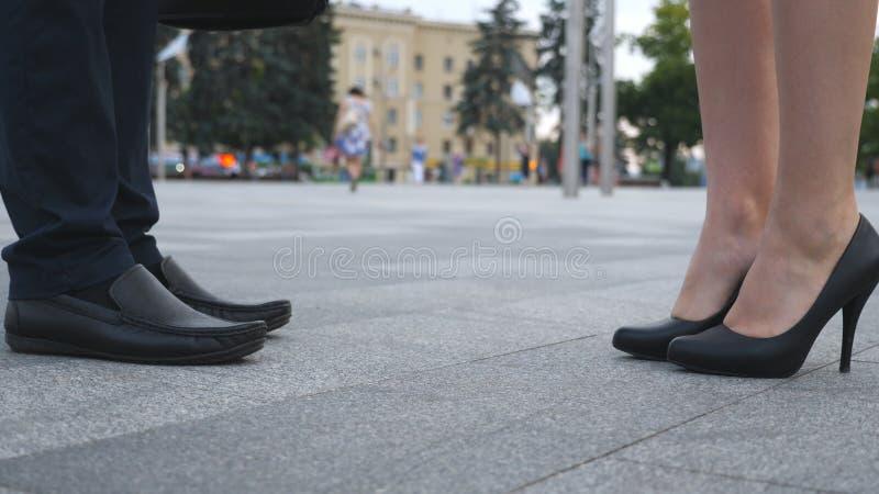 Geschäftsmann- und Geschäftsfrausitzung an der Stadtstraße und -gruß Geschäftshändedruck zwischen Mann und Frau lizenzfreies stockfoto