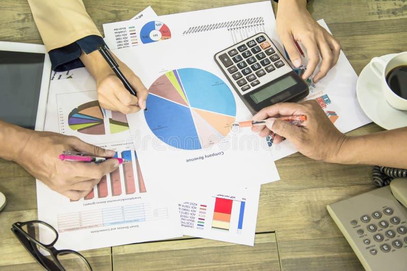 Geschäftsmann- und Geschäftsfrauteam der Dokumentendarstellungsaktionäre Sitzung, -diagramme und -vermarktungsplanes, Stift herei stockbilder