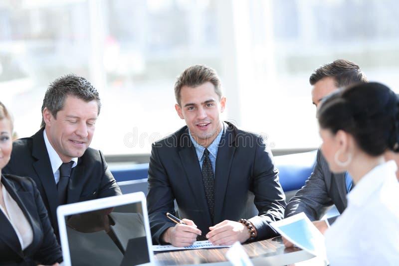 Geschäftsmann und Geschäftsteam, das mit Dokumenten arbeitet lizenzfreies stockfoto