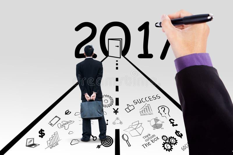Geschäftsmann und Hand mit Nr. 2017 stockbilder