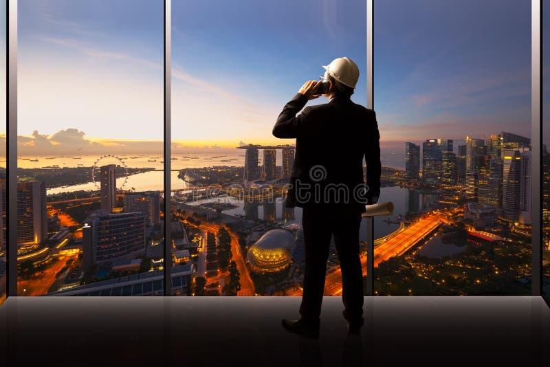 Geschäftsmann und Ingenieur, die in einem Büro stehen lizenzfreie stockfotos