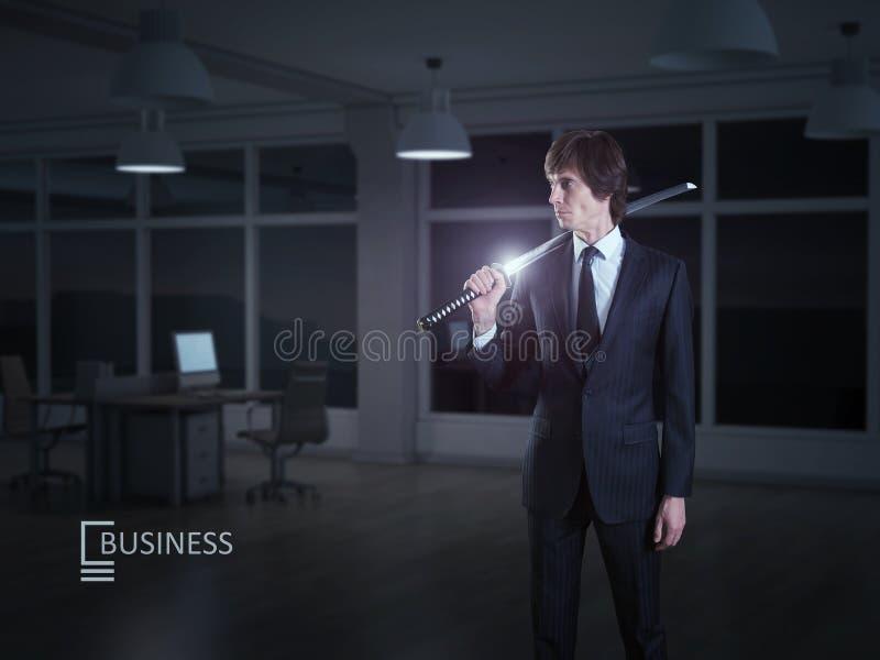 Geschäftsmann und japanische Klinge lizenzfreie stockfotografie