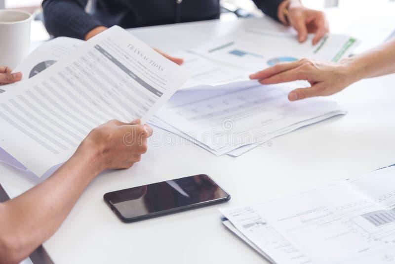 Geschäftsmann und Kollege haben Diskussion für Verkauf oder neues Projekt Manager und Teambesprechung für neue Idee für folgendes stockbilder