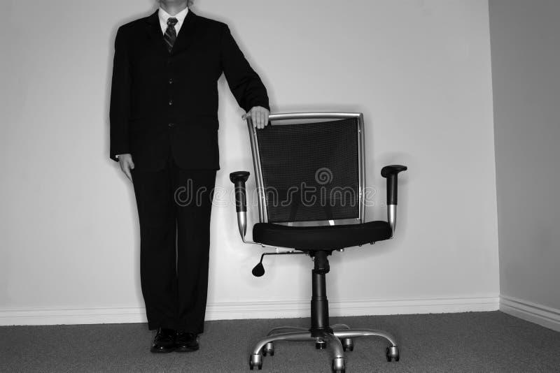 Geschäftsmann und leerer Stuhl lizenzfreie stockfotografie