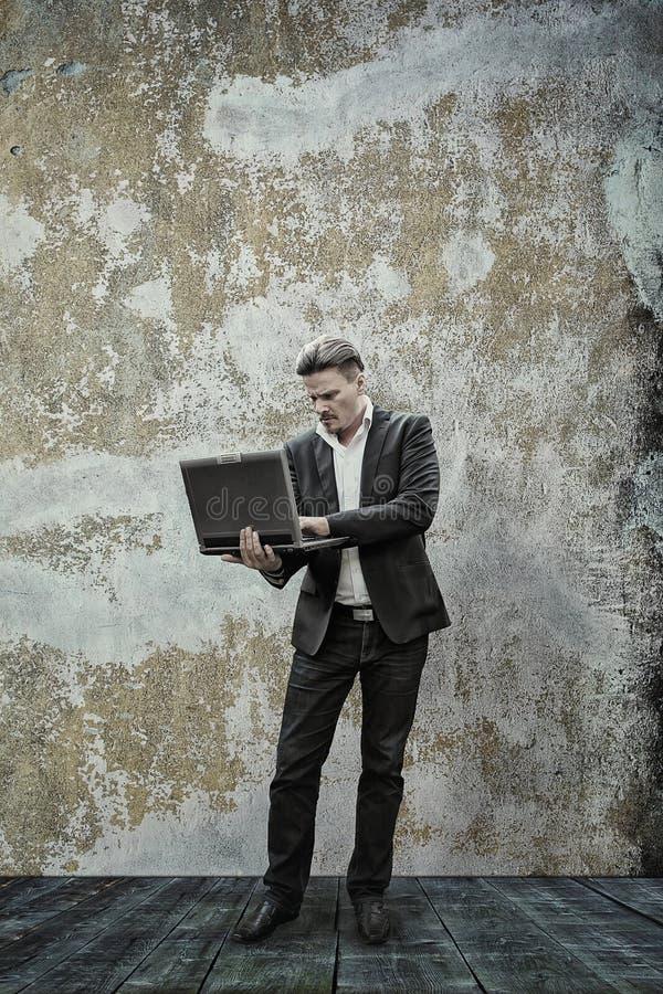 Geschäftsmann und sein Laptop lizenzfreie stockfotos