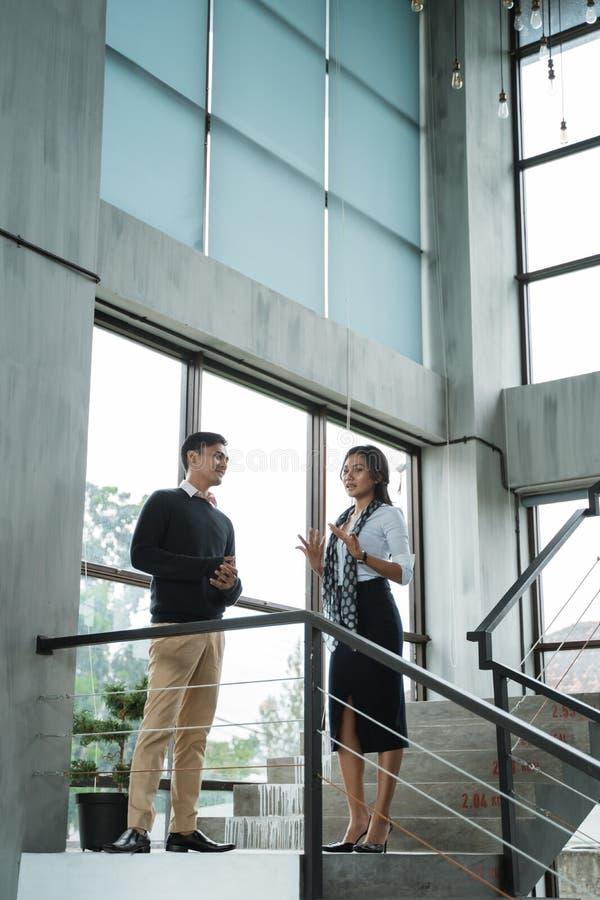 Geschäftsmann und sein Partner, die über Geschäft auf der Treppe sprechen lizenzfreies stockbild