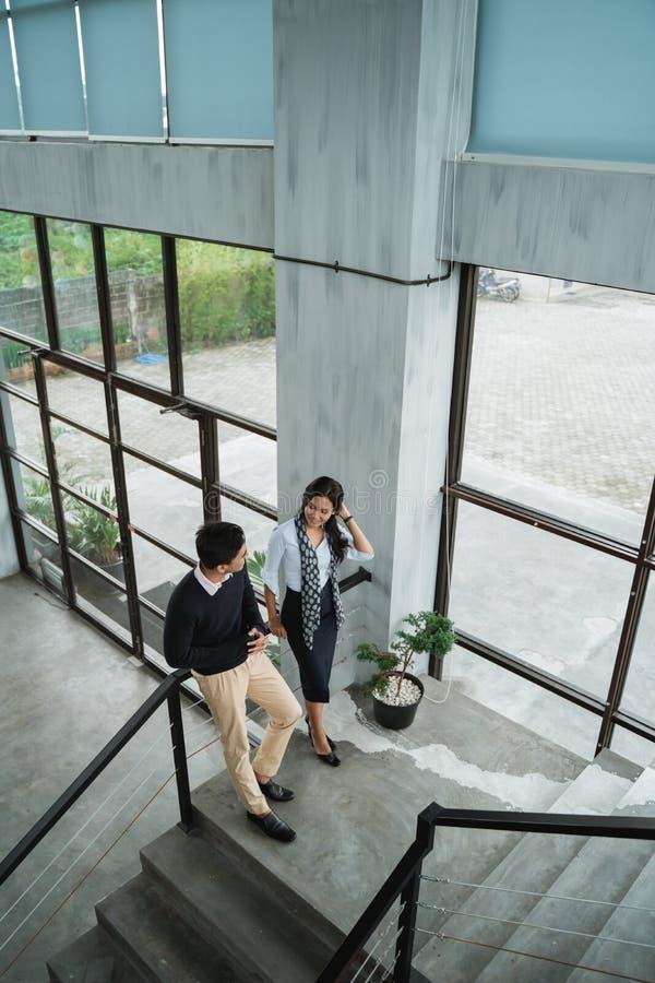 Geschäftsmann und sein Partner, die über Geschäft auf der Treppe sprechen stockbild