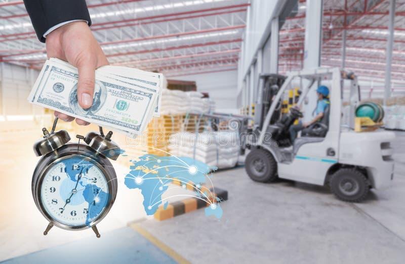 Geschäftsmann- und Taschenuhr Zeit und Geld für Transportverteilung am Lagerkonzept lizenzfreie stockfotografie