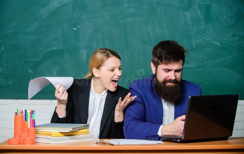 Gesch?ftsmann und ver?rgerter Sekret?r Lehrer und Student auf Pr?fung Zur?ck zu Schule Informelle Bildung Schreibarbeit b?ro stockbild