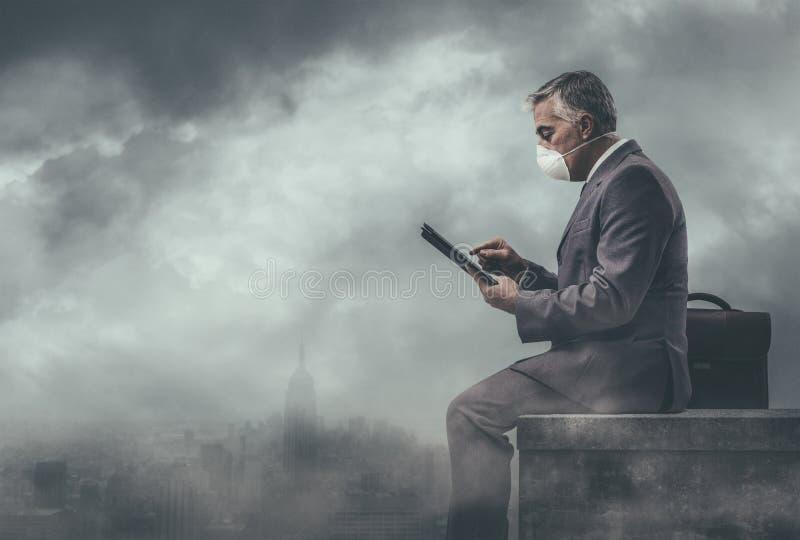 Geschäftsmann und verunreinigte Stadt stockfoto