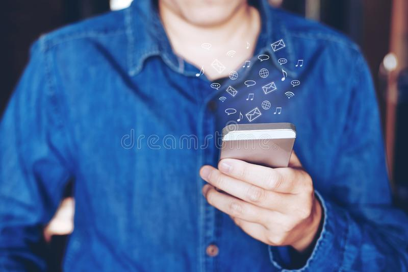 Geschäftsmann unter Verwendung beweglichen on-line-Ikonensocial networking connectio lizenzfreie stockfotos