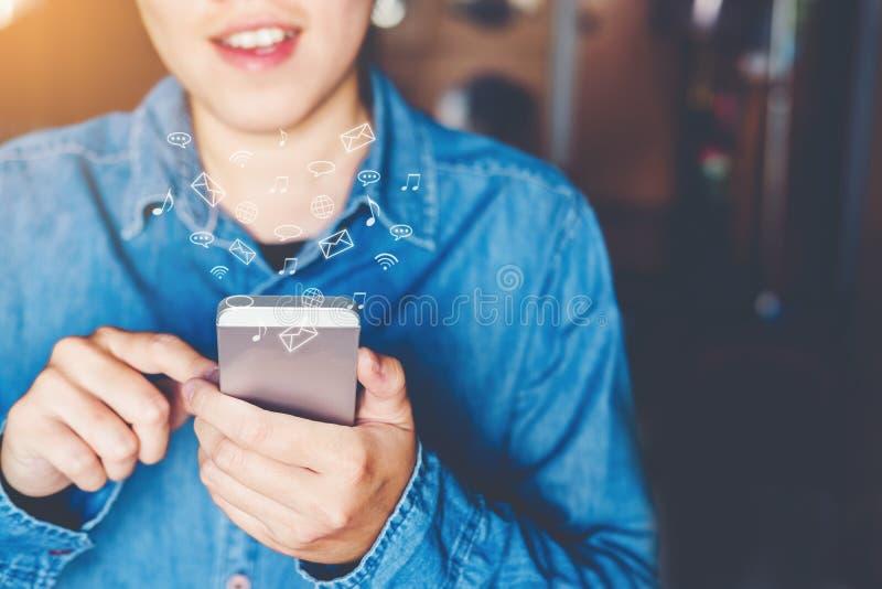 Geschäftsmann unter Verwendung der beweglichen on-line-Ikonensocial networking-Verbindung auf Schirm lizenzfreie stockfotos