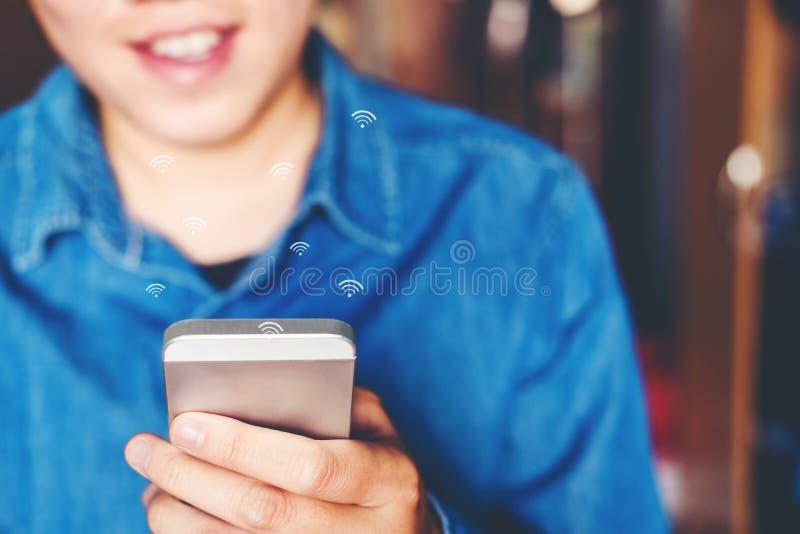 Geschäftsmann unter Verwendung der beweglichen on-line-Ikonensocial networking-Verbindung auf Schirm stockbild