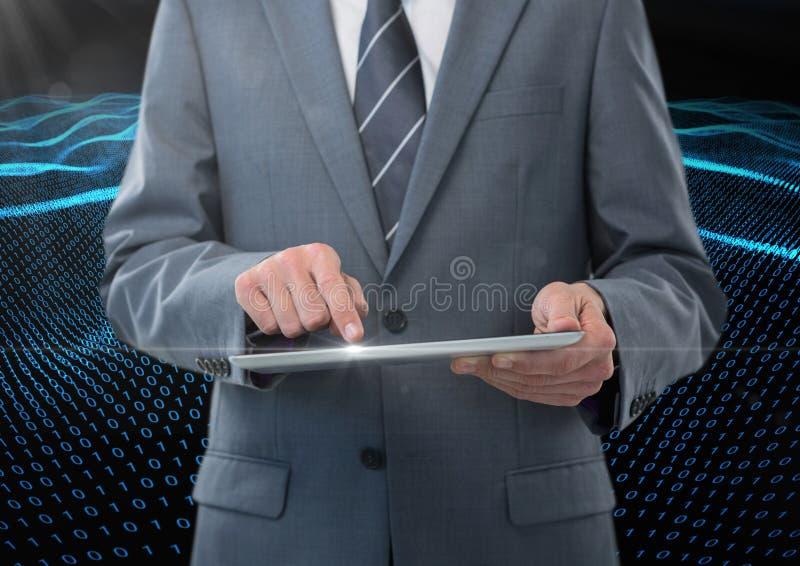Geschäftsmann unter Verwendung der digitalen Tablette gegen binär Code-Schnittstelle im Hintergrund stockfotos