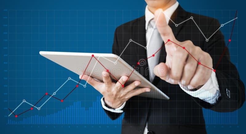 Geschäftsmann unter Verwendung der digitalen Tablette und des zeigenfingers auf Diagrammdiagramm Brechen Sie sogar Punkt, Geschäf stockfotografie