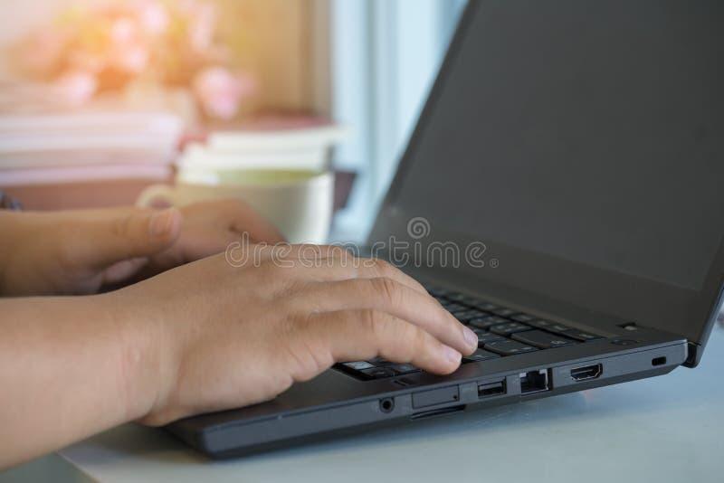 Geschäftsmann unter Verwendung der Laptop-Computers, die mit Kaffee im Café arbeitet M stockbilder