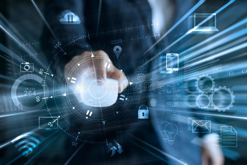 Geschäftsmann unter Verwendung der Maus für Daten des globalen Netzwerks stockbild