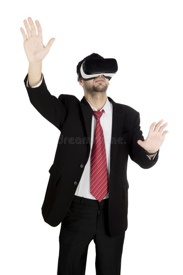 Geschäftsmann unter Verwendung der Schutzbrillen einer virtuellen Realität stockfotografie