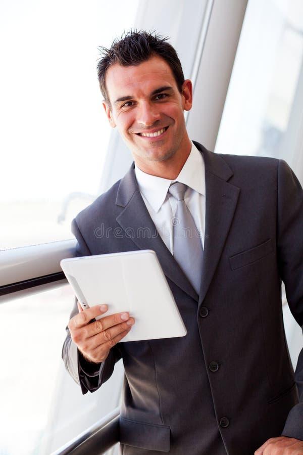 Geschäftsmann unter Verwendung der Tablette stockfotografie