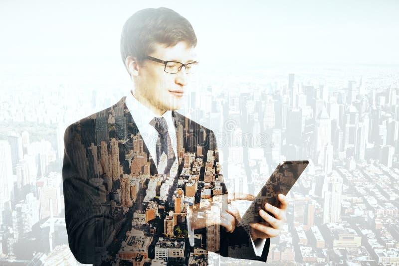 Geschäftsmann unter Verwendung der Tablette lizenzfreie stockfotos