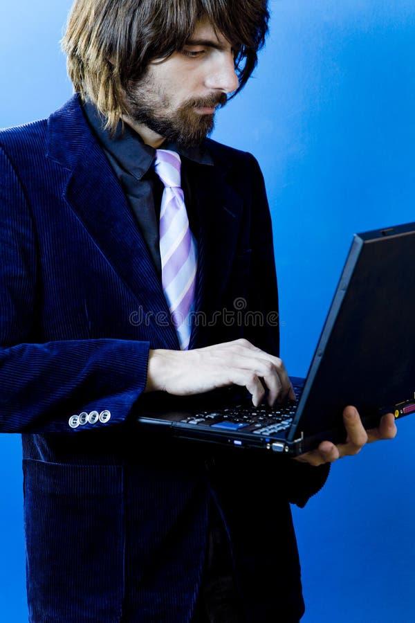 Geschäftsmann unter Verwendung des Laptops stockfoto