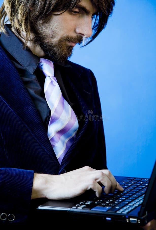 Geschäftsmann unter Verwendung des Laptops lizenzfreie stockbilder