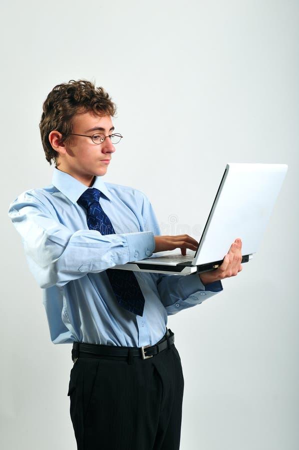 Geschäftsmann unter Verwendung des Laptops