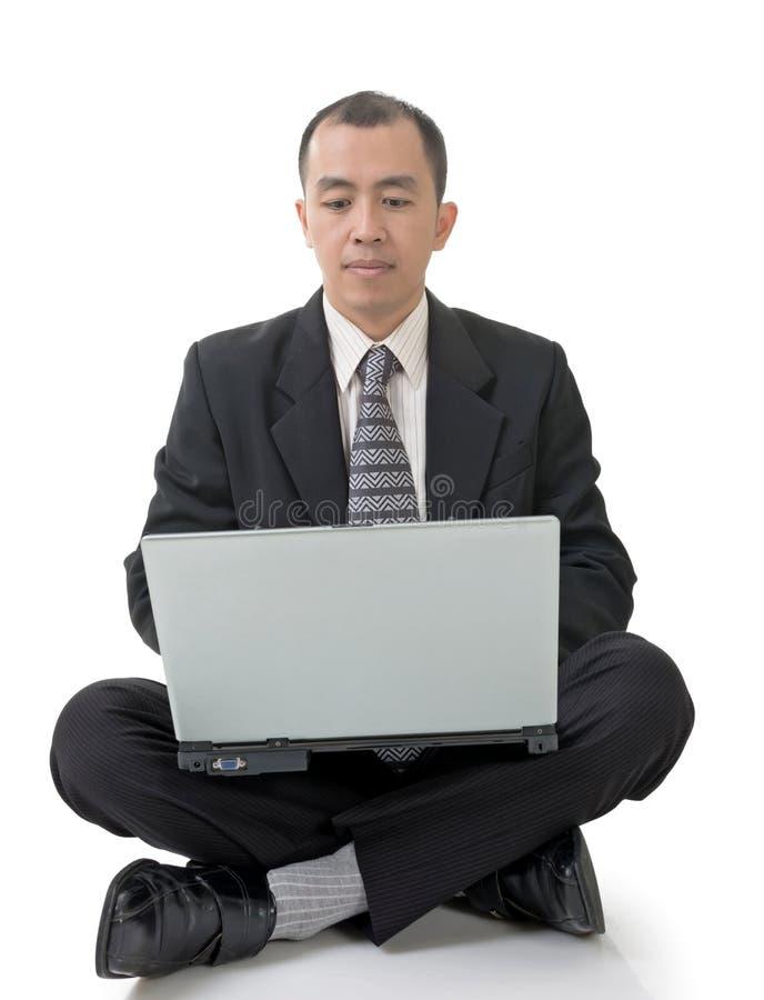 Geschäftsmann unter Verwendung des Laptops auf dem Boden lizenzfreies stockfoto