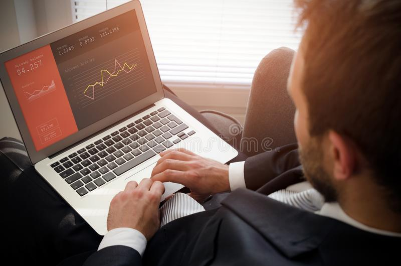 Geschäftsmann unter Verwendung des Laptops mit Bankkonto auf Schirm lizenzfreies stockfoto