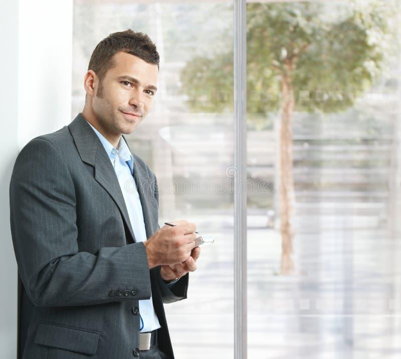 Geschäftsmann unter Verwendung des smartphone lizenzfreie stockbilder