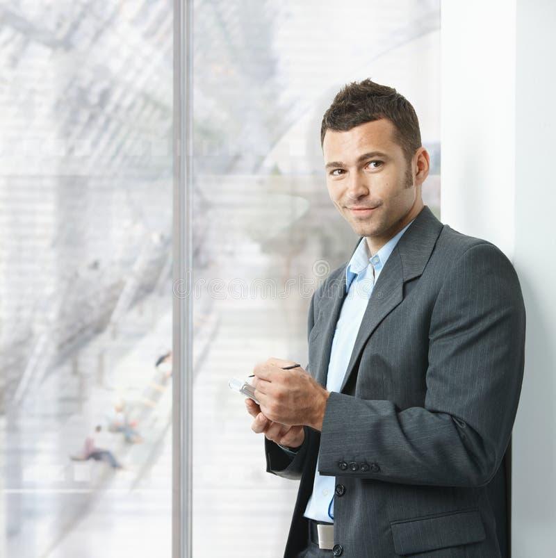 Geschäftsmann unter Verwendung des smartphone lizenzfreies stockfoto