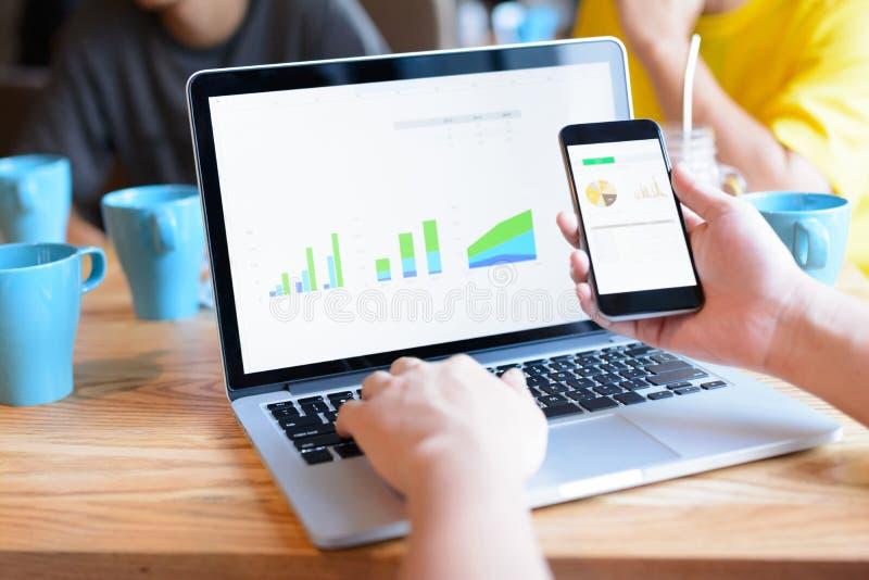 Geschäftsmann unter Verwendung des Smartphone und des Laptops lizenzfreie stockfotos