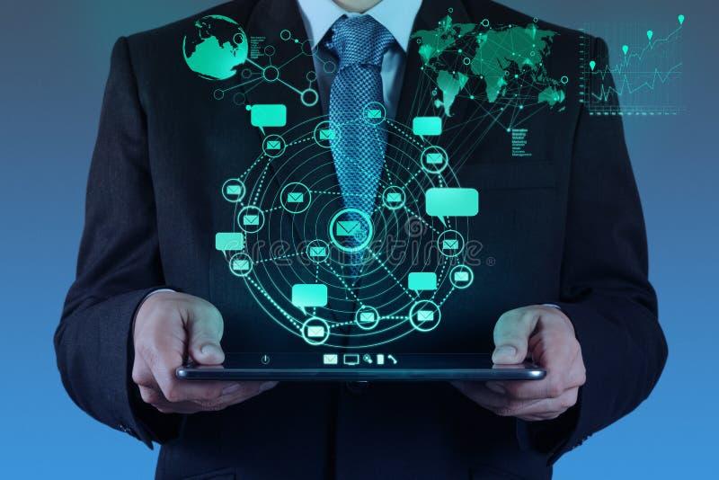 Geschäftsmann unter Verwendung des Tablettencomputerschauinternets und des Sozial-netw stockfotos