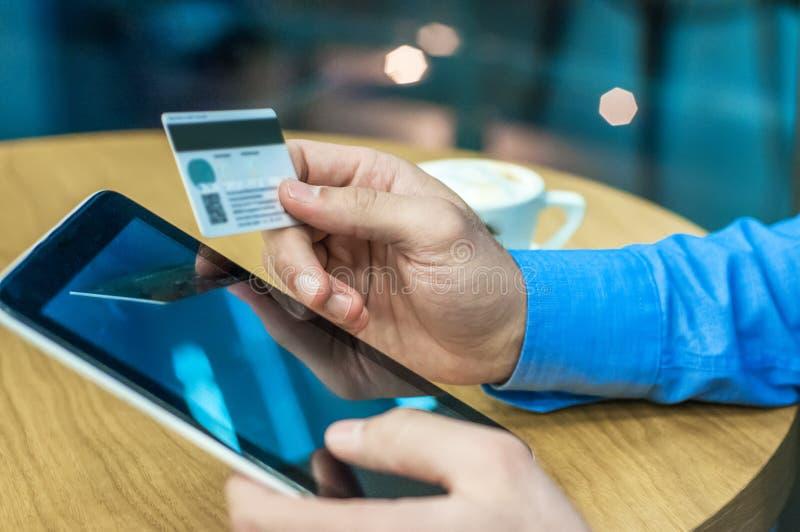 Geschäftsmann unter Verwendung einer Kreditkarte und digitale Tablette für das Kaufen auf Internet lizenzfreie stockfotografie