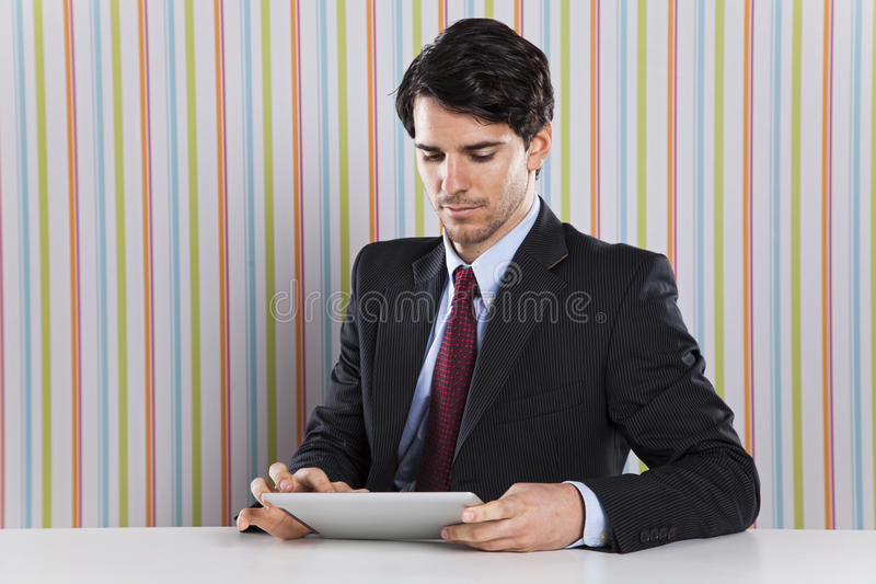 Geschäftsmann unter Verwendung eines Tablettengerätes stockfoto