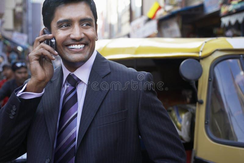 Geschäftsmann Using Cell Phone auf Stadt-Straße lizenzfreies stockfoto