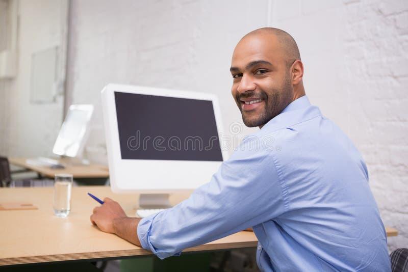 Geschäftsmann-Using Computer At-Schreibtisch lizenzfreie stockfotografie