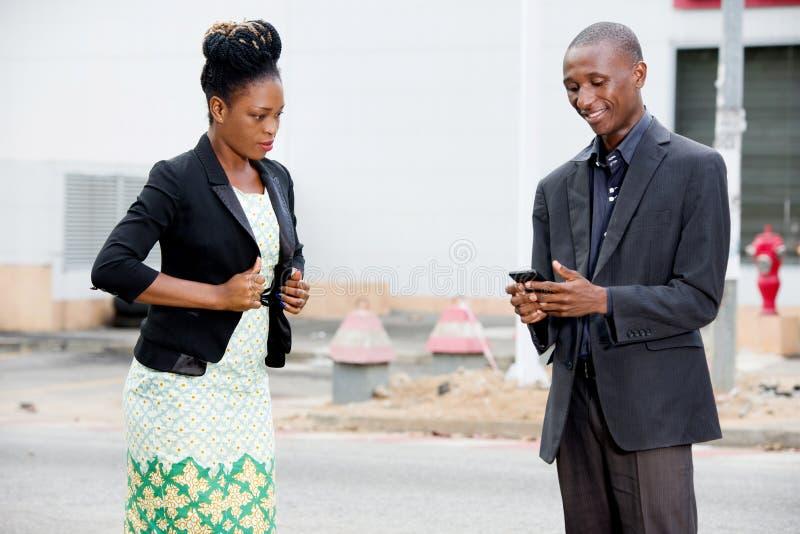 Geschäftsmann Using ein Handy in der Straße lizenzfreie stockfotos