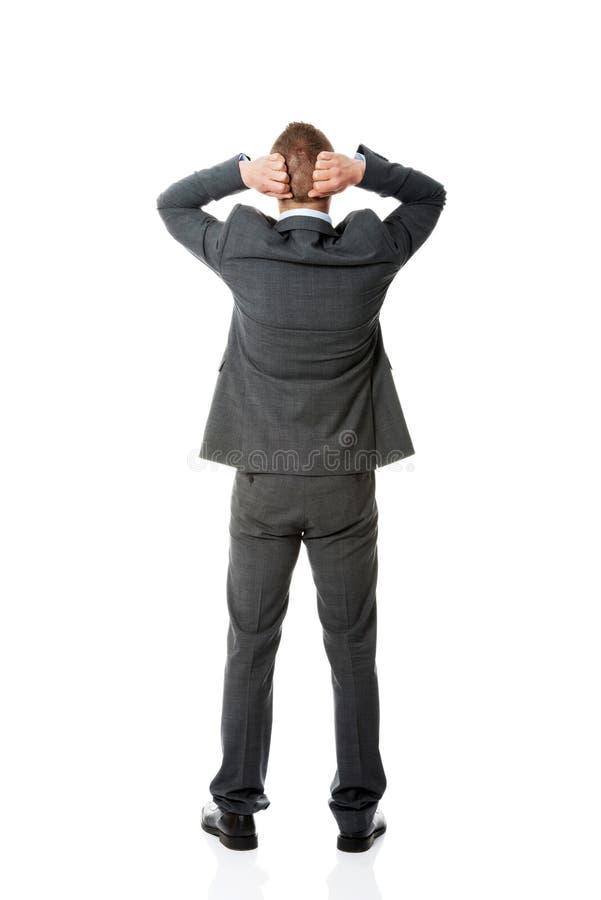 Geschäftsmann in voller Länge, der Hände auf den Nacken setzt lizenzfreie stockfotografie