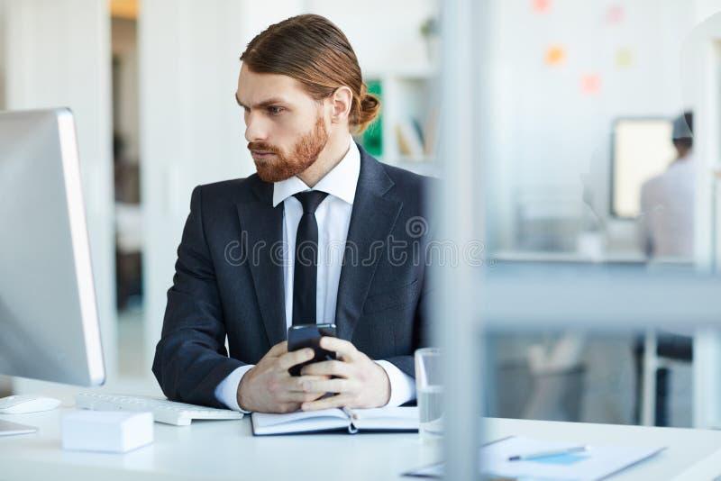 Geschäftsmann vor Computer stockbild