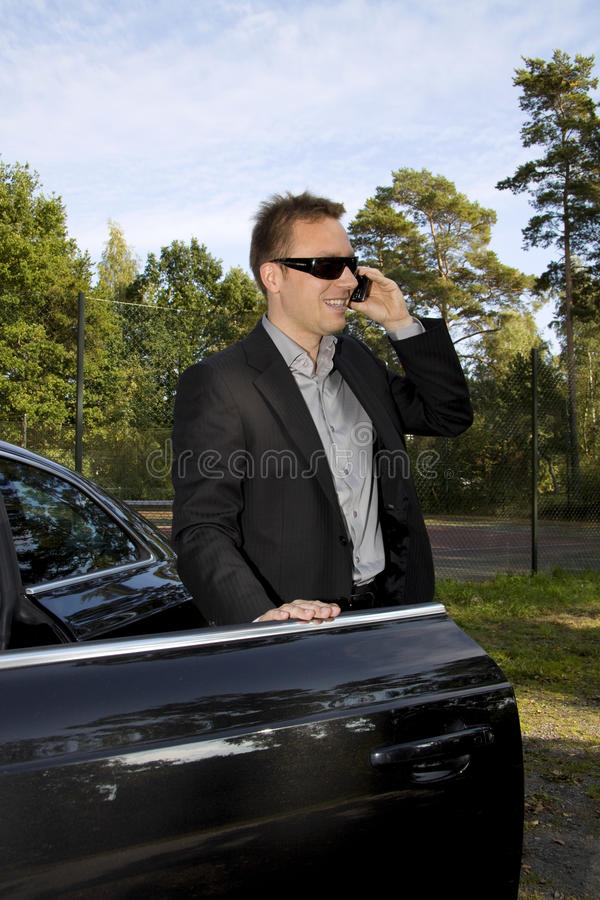 Geschäftsmann vor einem Auto lizenzfreie stockbilder