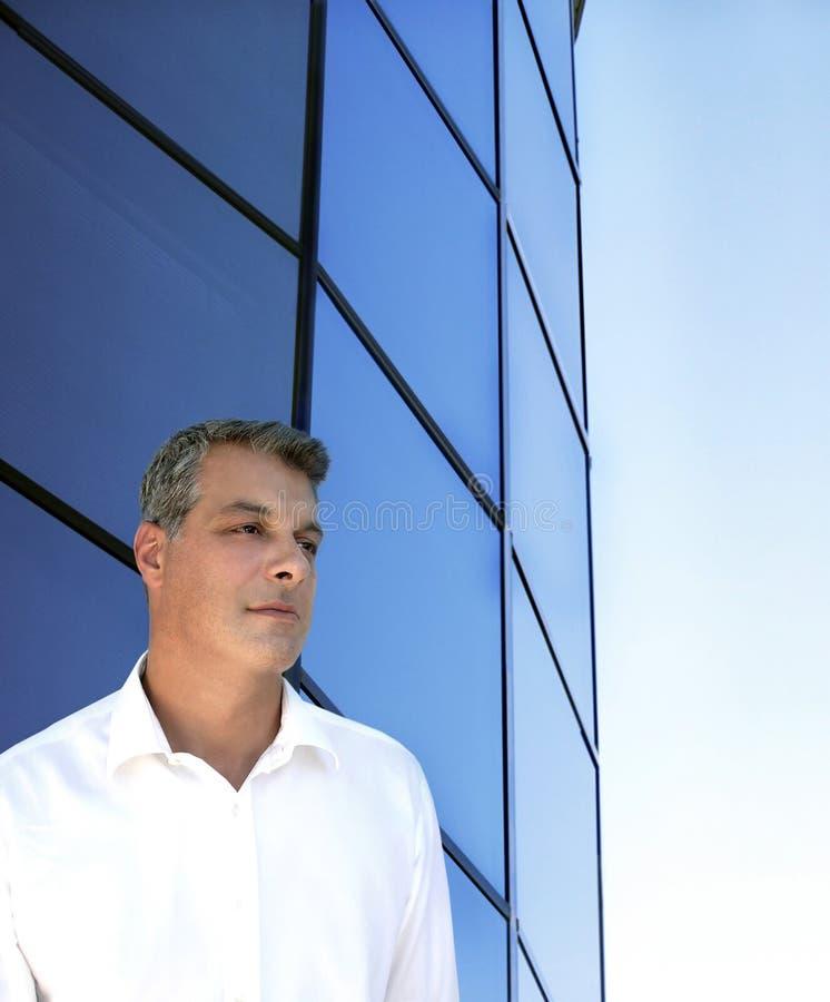Download Geschäftsmann vor Gebäude stockfoto. Bild von korporativ - 33074