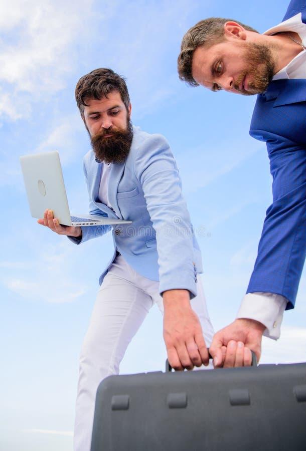 Geschäftsmann wählen Aktenkoffer mit Partner hochhält Laptop aus Heben Sie jede Gelegenheit auf Tut sich die Unternehmer zusammen lizenzfreie stockbilder