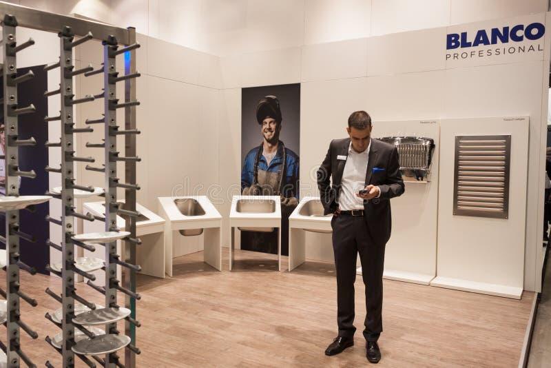 Geschäftsmann an Wirt 2013 in Mailand, Italien stockfotografie