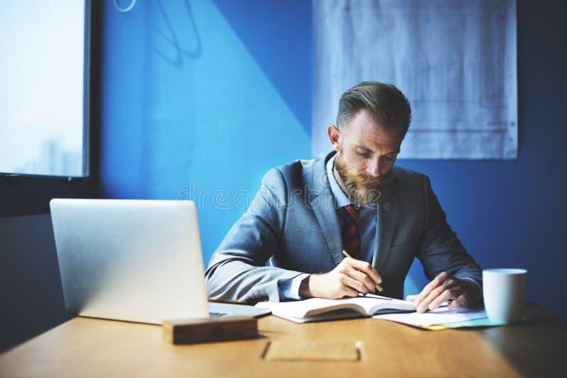 Geschäftsmann-Working Determine Workspace-Lebensstil-Konzept lizenzfreie stockfotos