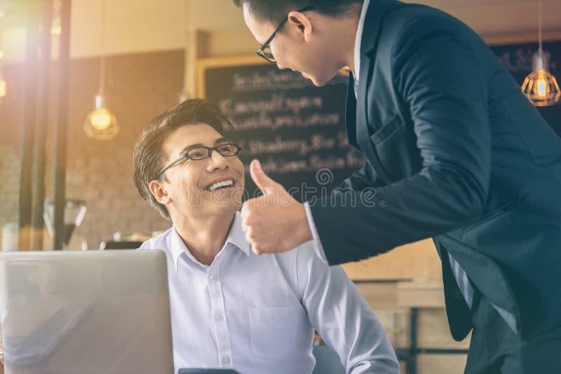 Geschäftsmann wurde Daumen-oben und Komplimente von seinem Chef gegeben stockfotografie