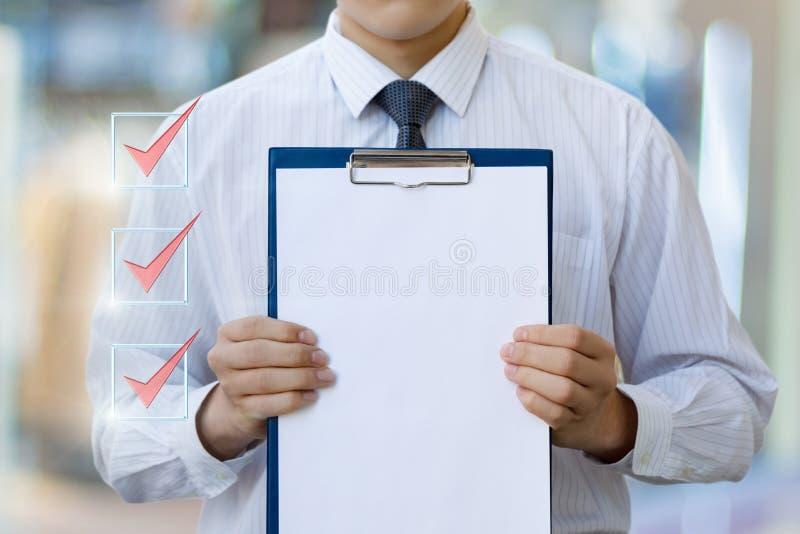 Geschäftsmann zeigt Check-Liste stockbilder
