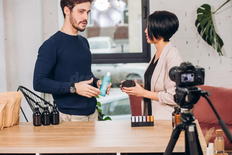 Geschäftsmann zeigt einer Ankerfrau seine Waren lizenzfreie stockfotografie